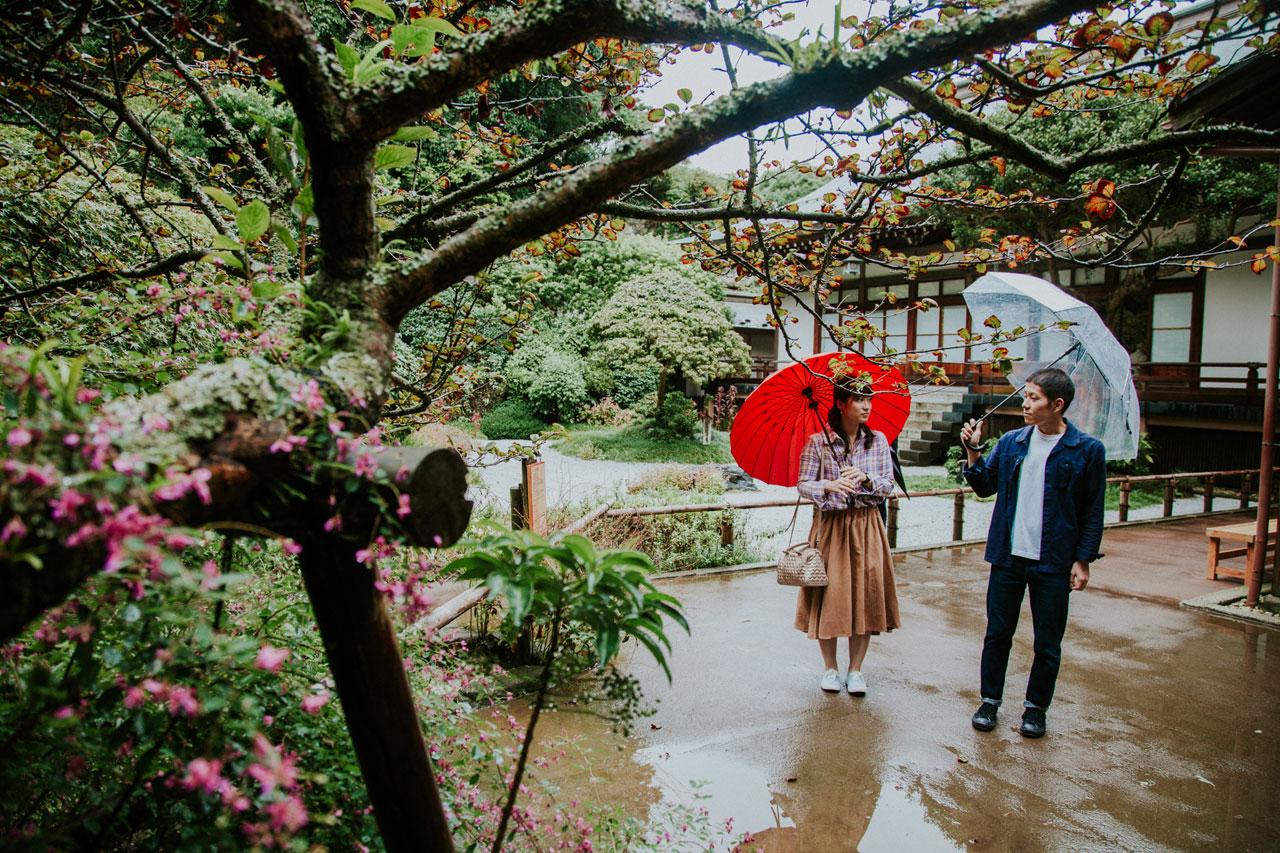 Couple under umbrellas in Hokoku-ji - The Bamboo temple in Kamakura