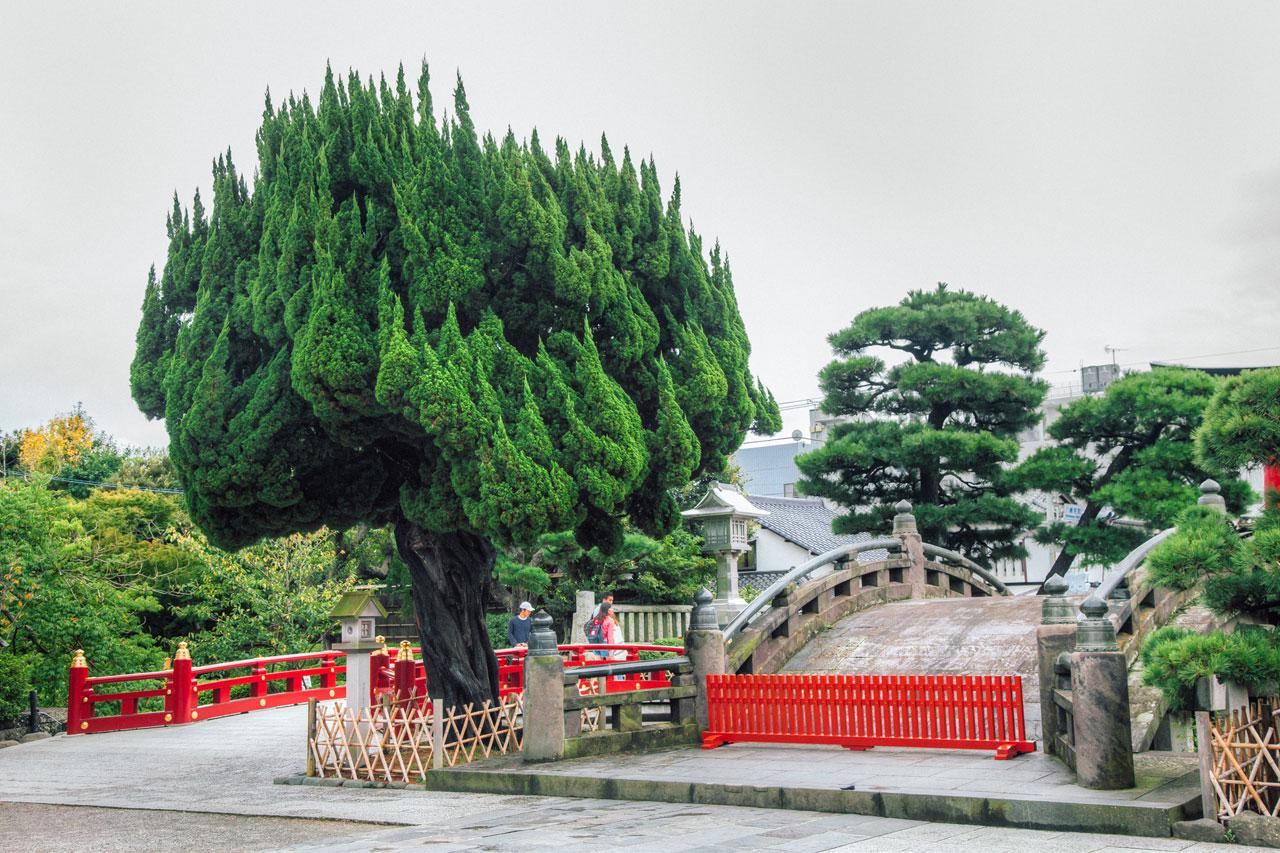 Entrance to the Tsurugaoka Hachimangu temple